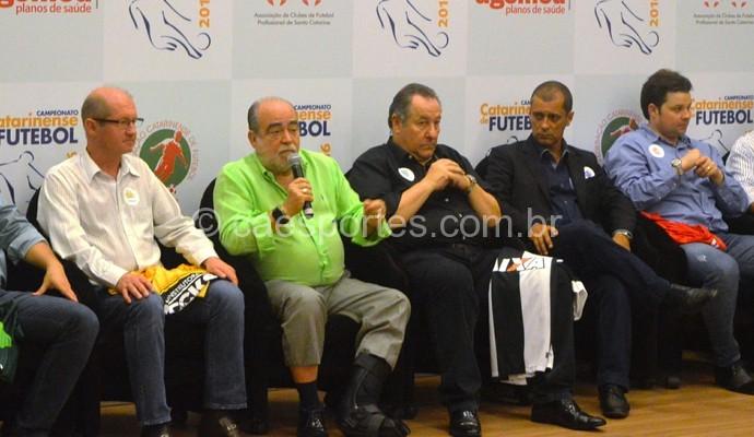 Delfim Peixoto Filho (à esquerda) e o presidente do Inter, Cristopher Nunes (à direita), na abertura do estadual (Foto: Renan Koerich)
