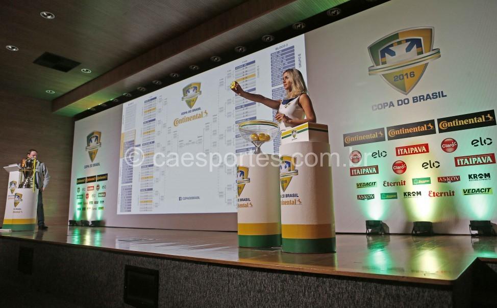 Imagem do sorteio realizado na CBF nesta segunda (Foto: Rafael Ribeiro / CBF)