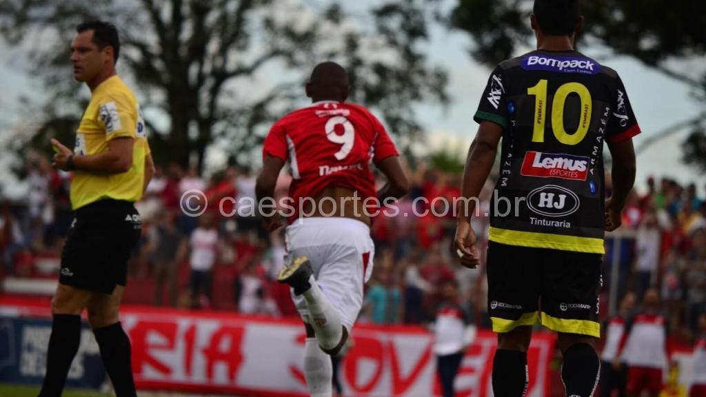Isac (9) corre para comemorar o primeiro gol colorado (Foto: Fom Conradi)