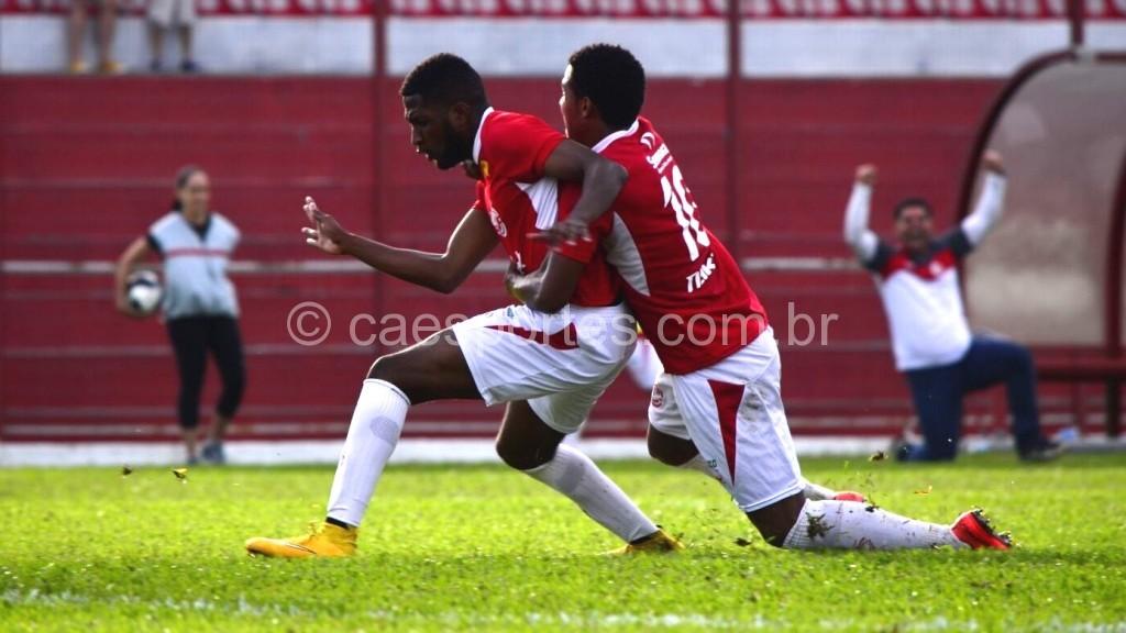 - Mateus Arence (à esquerda) e Gabriel comemoram o terceiro gol (Foto: Fom Conradi)