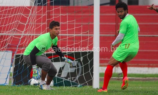 O goleiro Neto Volpi e o volante Fernando no treino realizado nesta terça-feira (Foto: Gabriel Machado)
