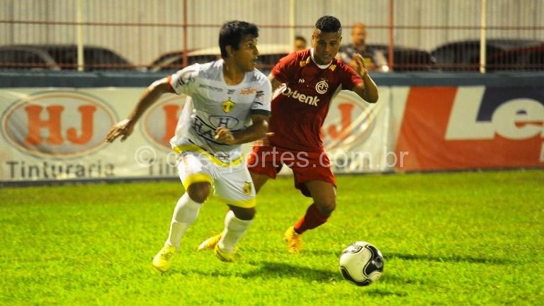 O lateral direito colorado Weriton em lance de Busque 1 x 1 Inter (Foto: Marcio Costódio/Brusque/divulgação)