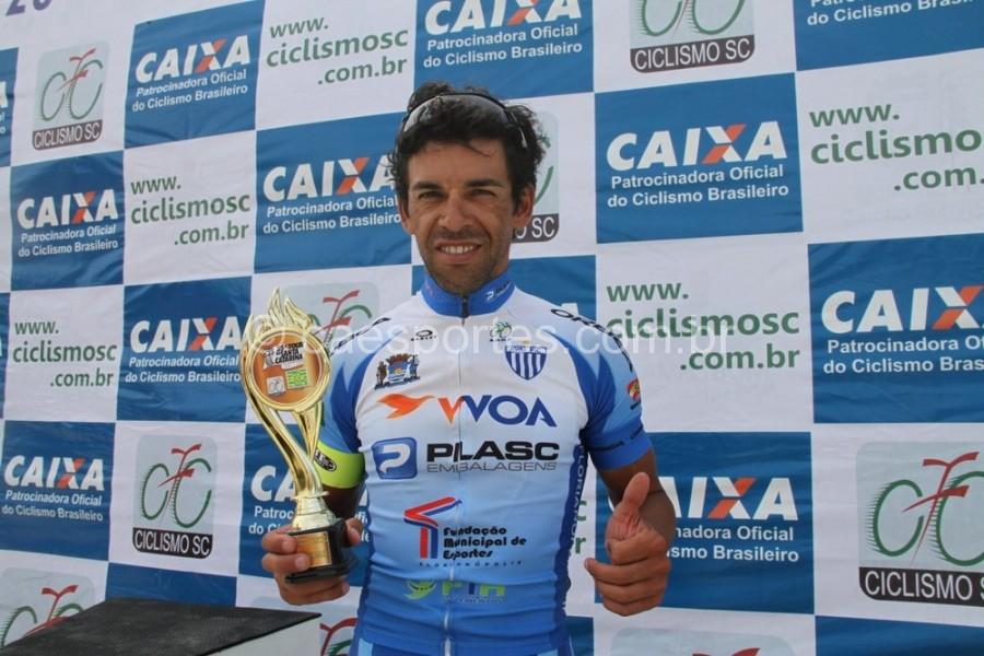 Gilberto de Veiga Gois com o troféu de de campeãoFoto: Antonio Prado