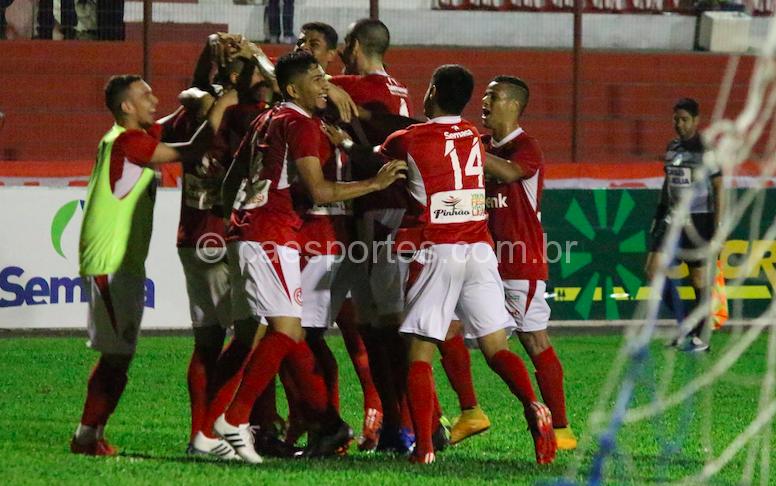 Jogadores comemoram o primeiro gol da vitória colorada (Foto: Nilton Wolff) Inter derrota o Avaí, termina o estadual em sexto lugar e agora aguarda a Série D