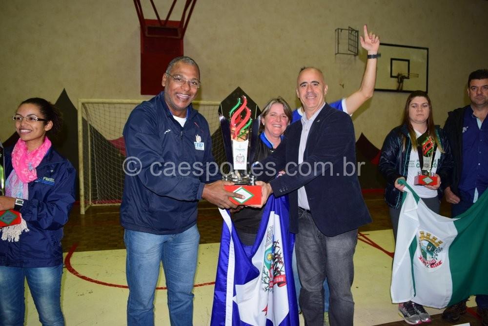 Presidente da Fesporte, Milton Cunha (à direita), entrega o troféu de campeão geral (Foto: Epa Machado/Fesporte)