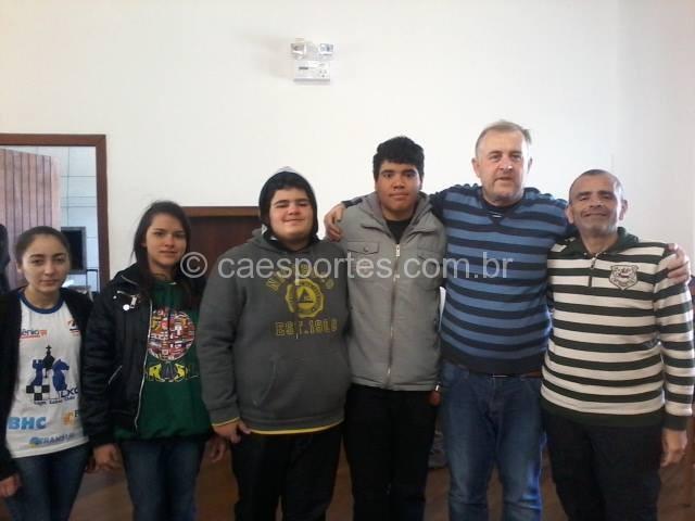 a equipe lageana com o Mestre da Federação Internacional, Charles Gauche, organizador da competição