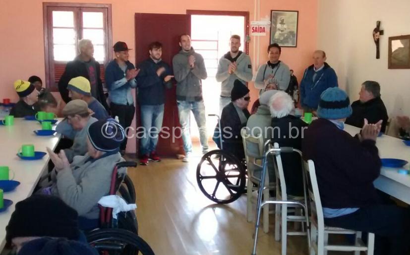 Os atletas e o presidente do Asilo Vicentino, Luiz Marin (à direita), no encontro com os moradores do Asilo Vicentino (Foto: Evandro Gioppo/Rádio Clube)