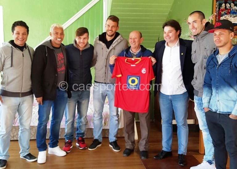 Ao lado do presidente do Inter, Cristopher Nunes, e dos atletas, o presidente do Asilo Vicentino, Luiz Marin, segura a camisa doada para a rifa a ser realizada pela entidade (Foto: divulgação)