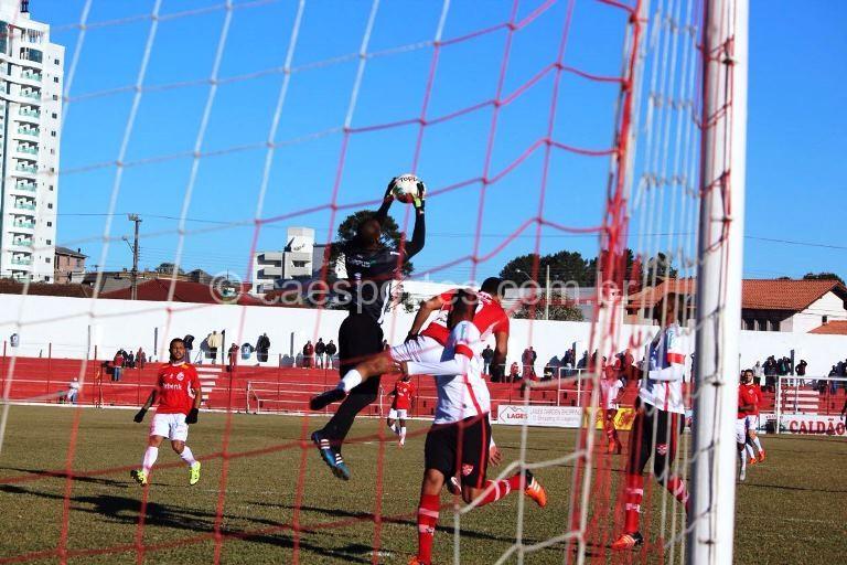 Lance de ataque do Inter na partida contra o Linense (Foto: Greik Pacheco)