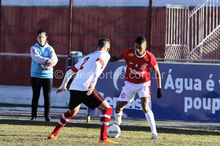 - O volante Parrudo em ação no jogo Inter 1 x 2 Linense (Foto: Gabriel Machado)