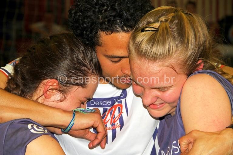Integrantes da Escola Estadual Sara Castelhano Kleinkauf, de Joaçaba, comemoram o título no voleibol