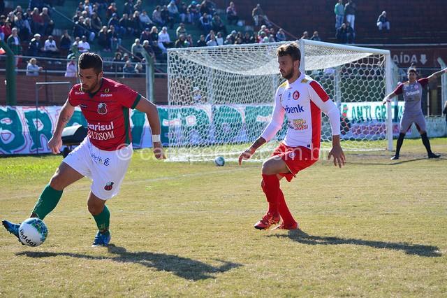 O zagueiro colorado Cristian aperta a marcação no primeiro jogo contra o São Paulo (Foto: João Pedro Figueiredo