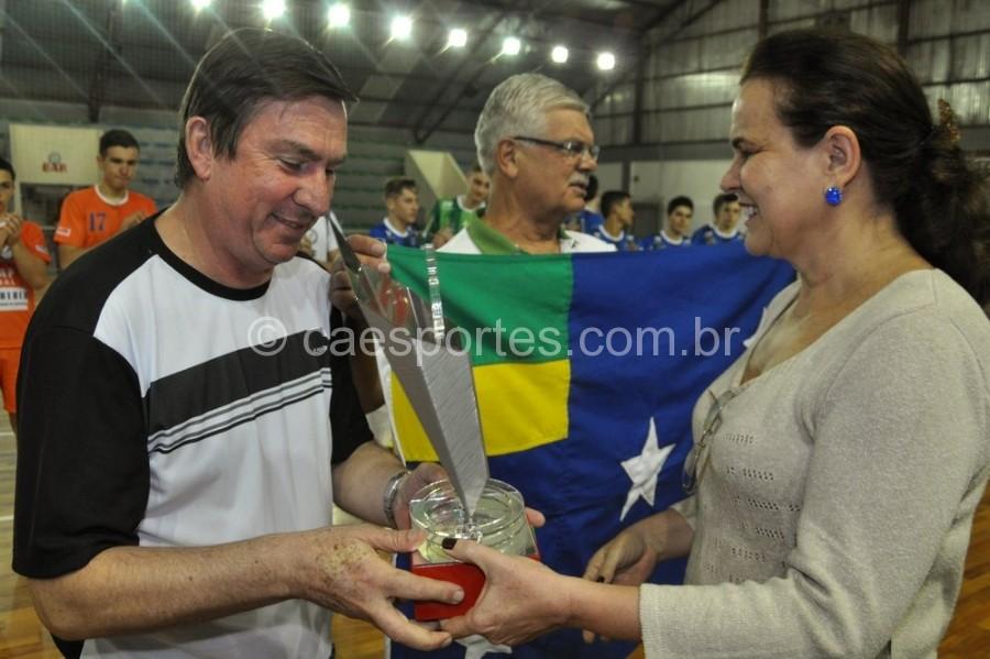 Dirigente de Lages recebe troféu de campeão geralFoto: Orlando Pereira