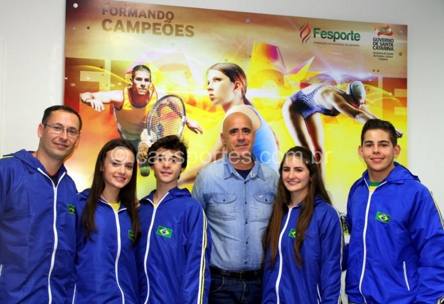Presidente da Fesporte, Milton Cunha (ao centro) com a delegação de caratecas deTubarãoFoto: Antonio Prado