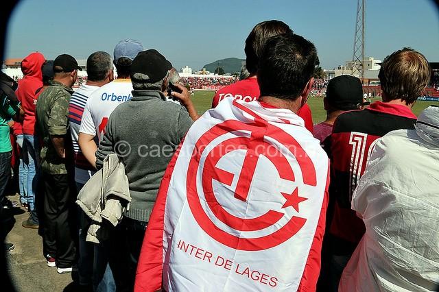 Torcida colorada no jogo contra o Caxias (Foto: Zé Rabelo)