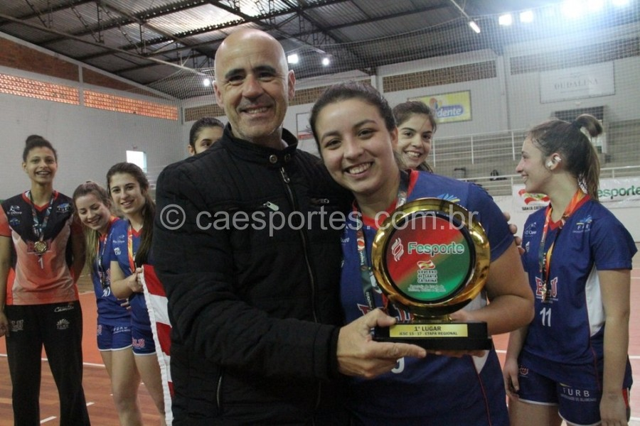 Presidente da Fesporte, Milton Cunha, entrega troféu de campeão no handebol à equipe Etevi, de BlumenauFoto: Antonio Prado