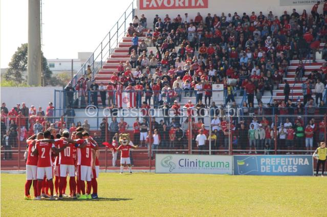 - O Inter em campo contra o Caxias, em partida em que o horário também foi escolhido pelos torcedores (Foto: Fom Conradi)