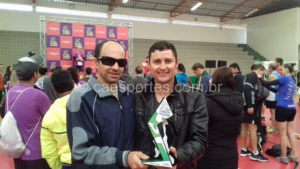 O atleta Osni Pereira Branco correu como guia do atleta Jarbas, eles ficamos com o primeiro lugar na classe de paradesporto nos 5 km