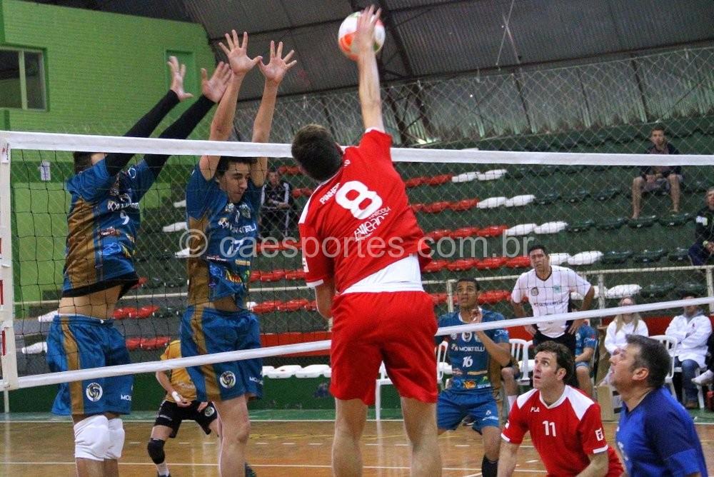 No voleibol Pouso Redondo (azul) venceu por 3 a 0 a Pinheiro Preto (Foto: Antonio Prado)