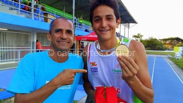 João Victor recebe a medalha de ouro do medalhista Olímpico Vanderlei Cordeiro de Lima: recorde no lançamento do discoFoto: Antonio Prado