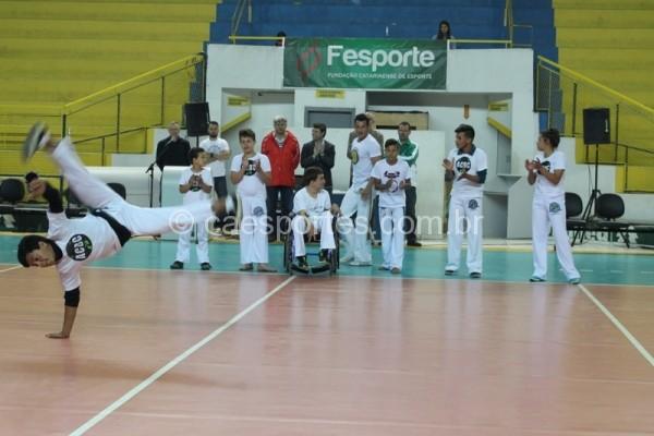 Grupo Berimbau Capoeira deu um show de acrobacias e inclusão, em Rio do SulLucas Inácio