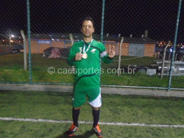 Fabiano cobrando falta aos últimos segundos da partida marcou os gol da vitória