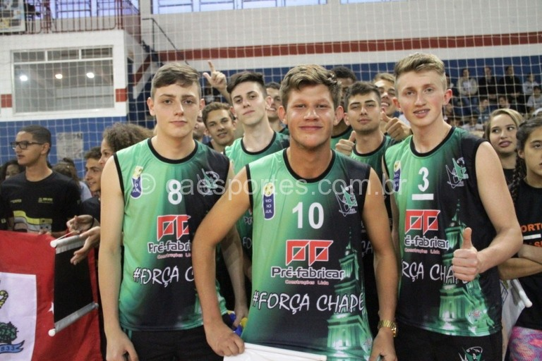 """Meninos de Rio do Sul com a frase: """"Força Chape"""" (Foto: Antonio Prado/Fesporte)"""
