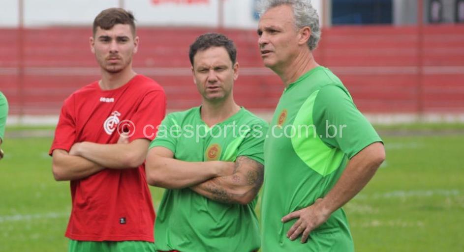 O preparador físico Alexandre Andreis (centro) ao lado do treinador Joel Cornelli (à direita), no início da pré-temporada colorada (Foto: Greik Pacheco)
