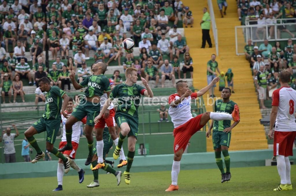 Lance de Chapecoense x Inter, pela primeira rodada do Catarinense (Foto: Fom Conradi)