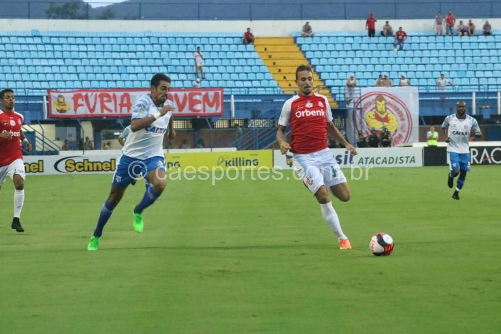 - O zagueiro Renato Camilo (à direita), autor do gol colorado (Foto: Frederico Tadeu/Avaí)