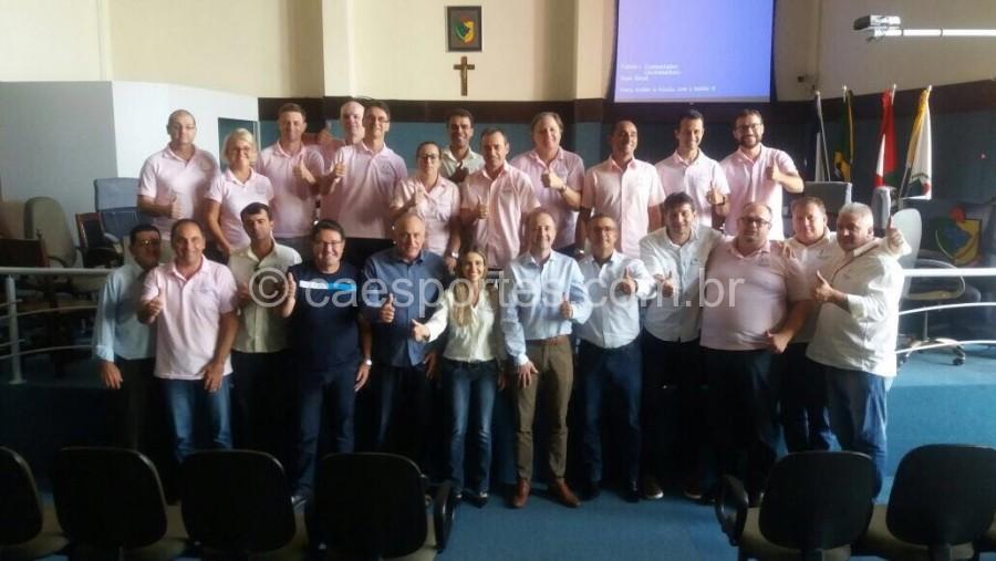 Presidente da Fesporte, Vadinho, Prefeito Saulo Sperotto, Michele de Souza, presidente do CED e demais integrantes do conselho e da Fesporte.