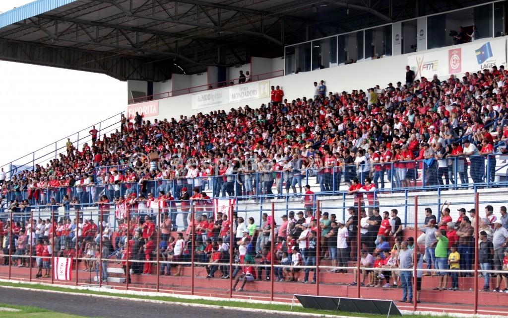 - Vista da arquibancada coberta do Vidal Ramos Júnior na partida deste domingo (Foto: Nilton Wolff)