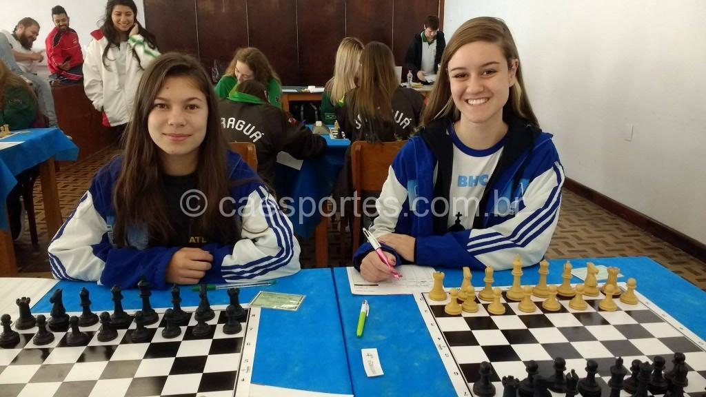 Mariana (com as peças brancas), numa de suas partidas, ao lado da companheira de equipe, Jaisa.
