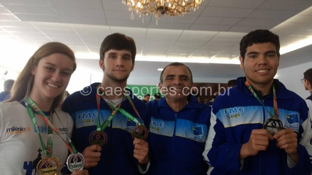 os medalhistas na competição (Mariana, Leonardo, Marco e Henrique)